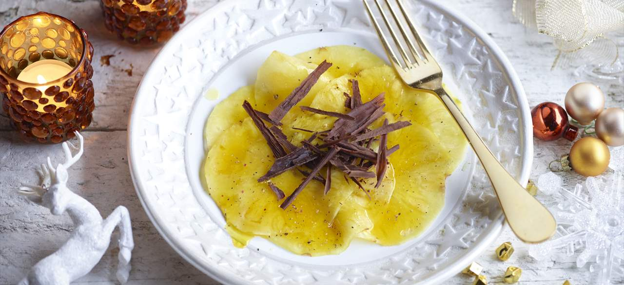 Carpaccio de piña con virutas de chocolate
