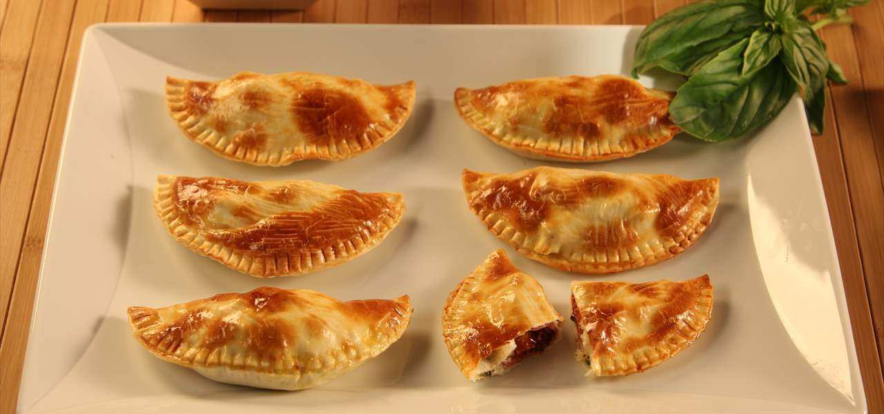 Empanadillas de tomates secos con beicon y feta (media luna)