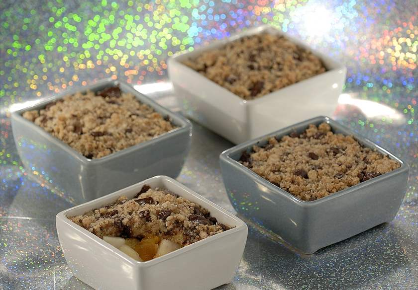 Crumble con frutas y trocitos de chocolate