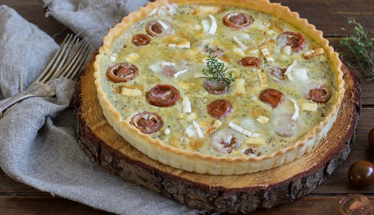 Quiche de tomate y queso al pesto