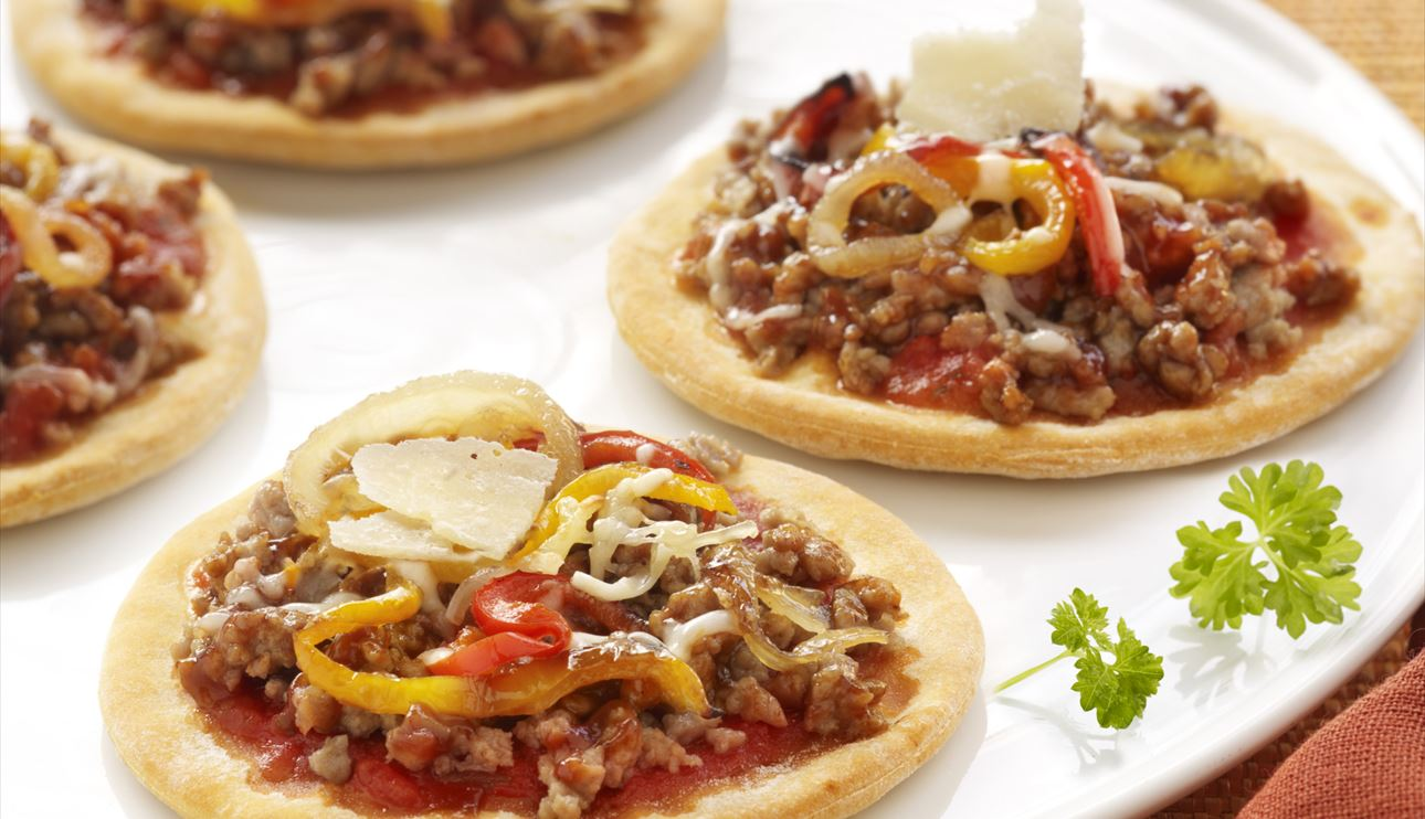 Mini pizzas de ternera barbacoa con cebolla