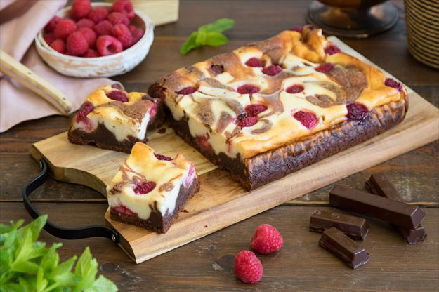 Brownie con cheesecake y frambuesas