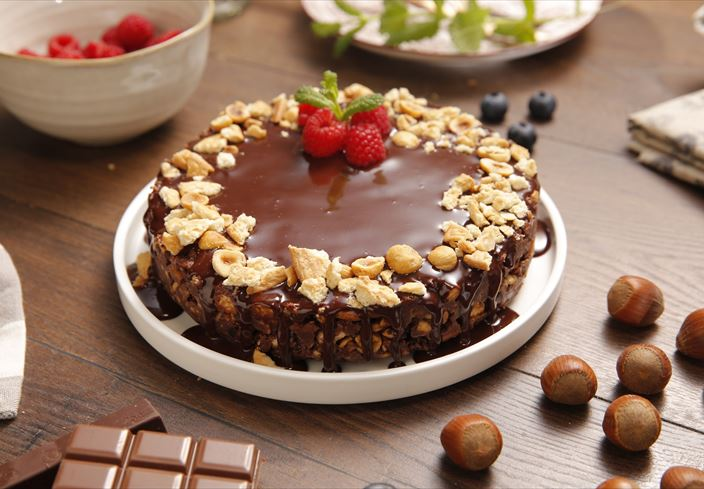 Tarta de chocolate y galletas con avellanas