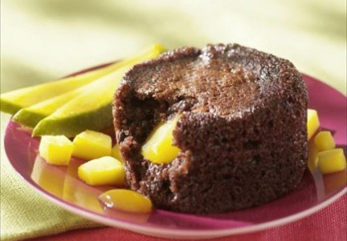 Fondant de chocolate con coulis de mango