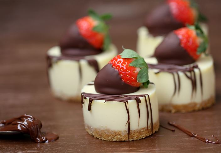 Pastelitos de chocolate blanco y queso con fresas