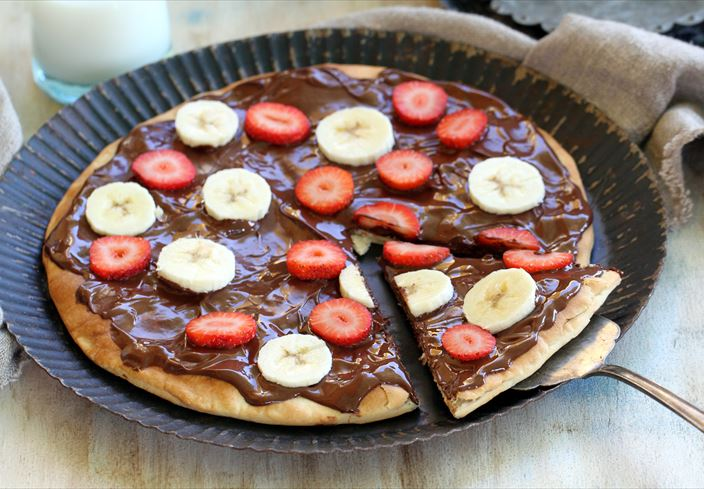 Pizza de chocolate con fresones y plátanos